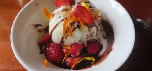 Glass med jordgubbar och chokladsås.