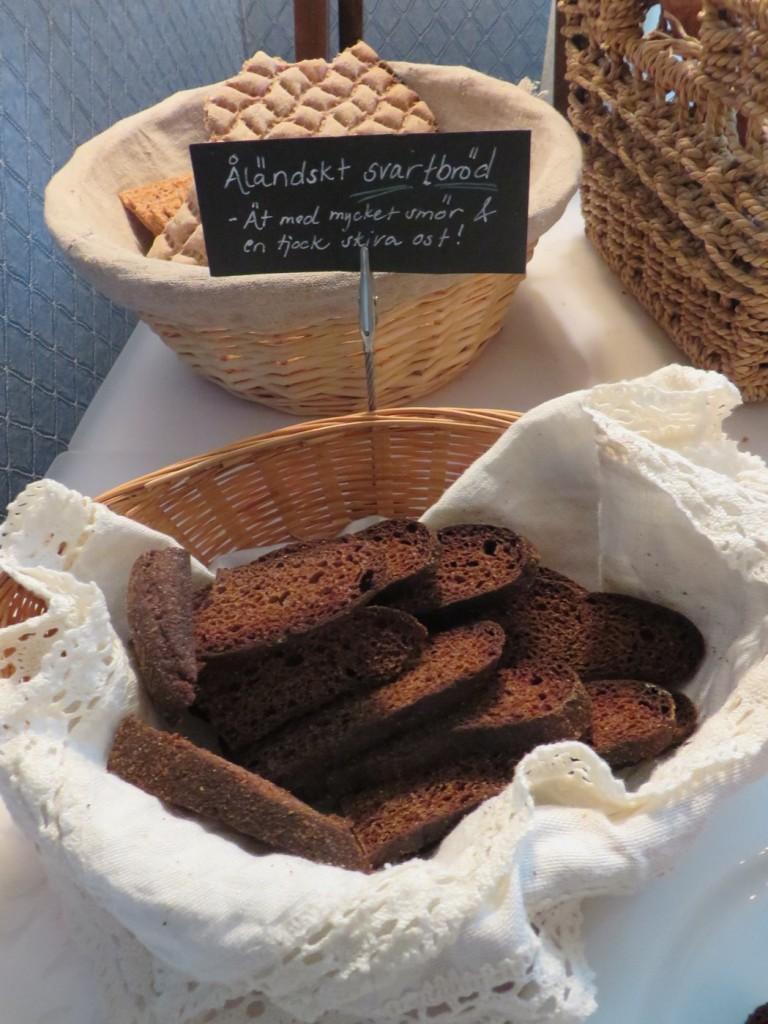 Åländskt svartbröd och massa andra goda brödsorter fanns till frukost.