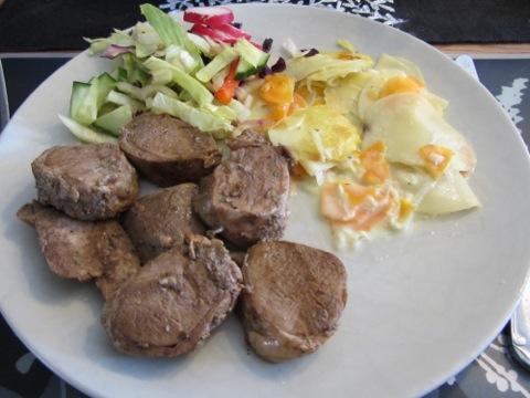 Kallmarinerad fläskfilé med potatisgratäng och grönsaker