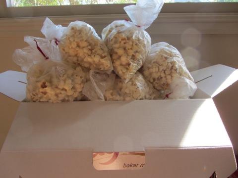 15 popcornpåsar redo att ta med till Filippas skola