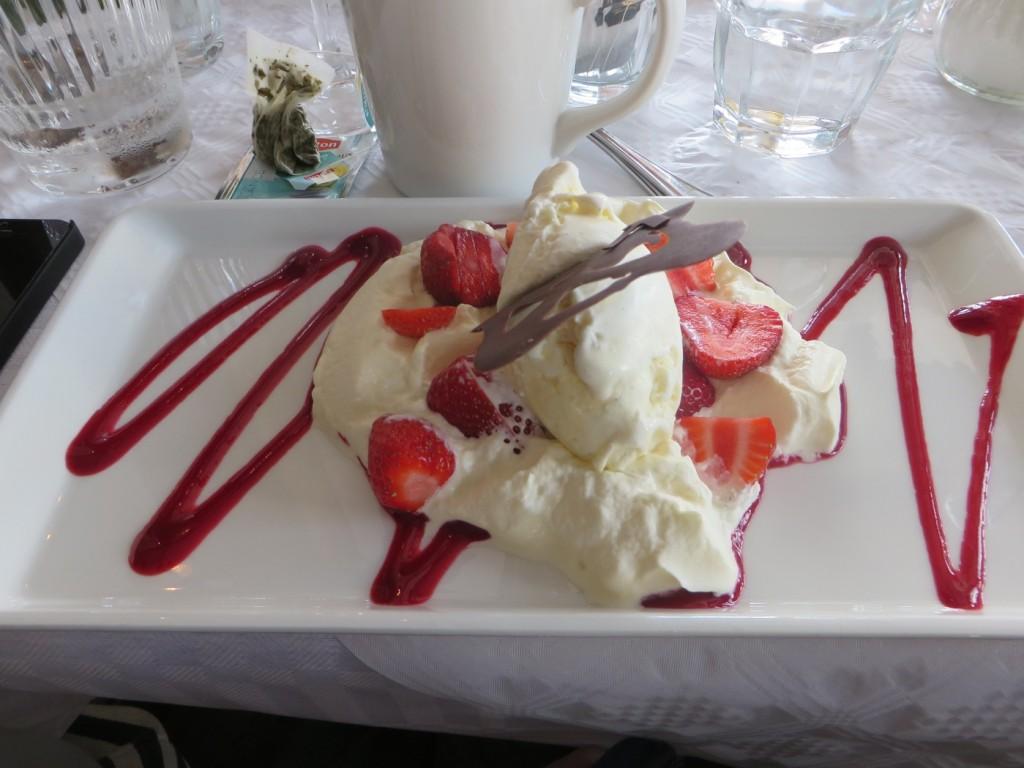 Glass med grädde och jordgubbar.