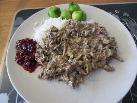 Viltskavsgryta med ris, grönsaker och lingonsylt