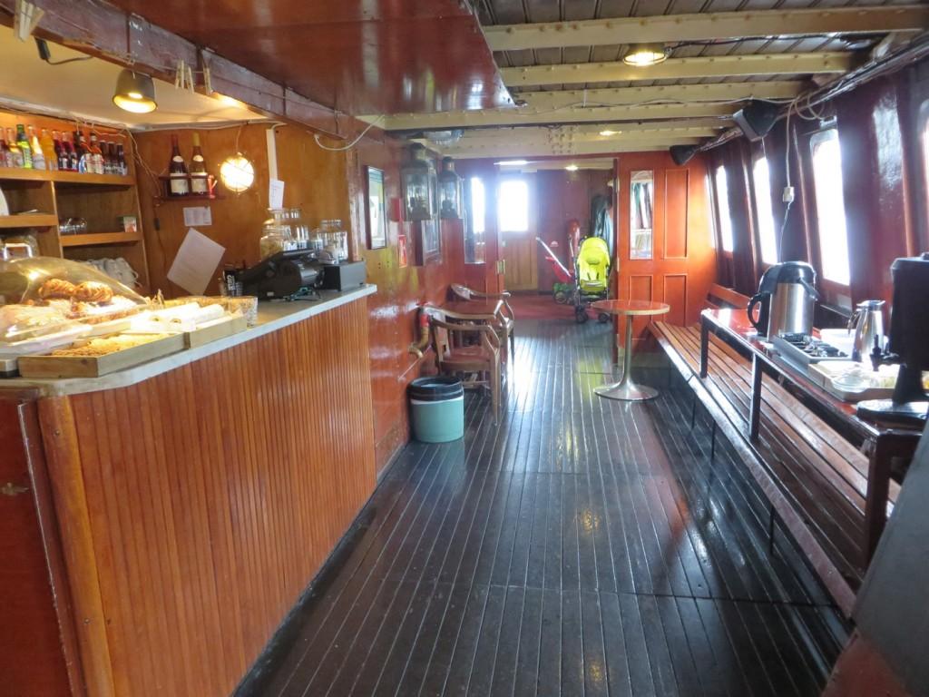 Undervåningen på båten där bland annat caféet ligger.