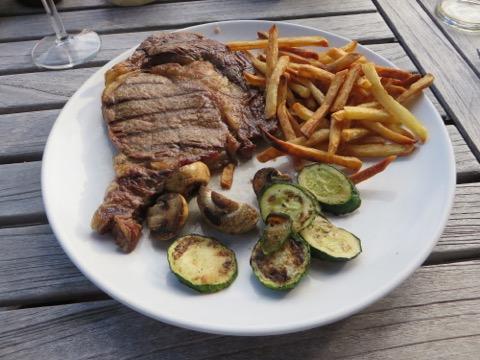 Kött, pommes och grillade grönsaker kompletterades med såser och sallad!