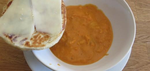 Fisksoppa med naan-bröd.