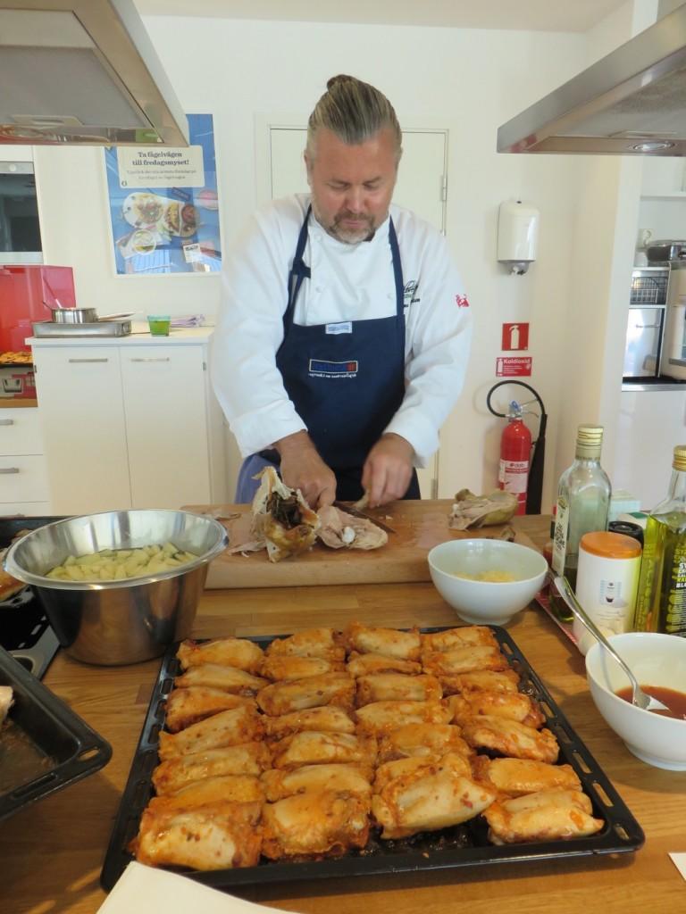 Kändiskocken Magnus Albrektsson lagar god kyckling av Kronfågels höstnyheter.