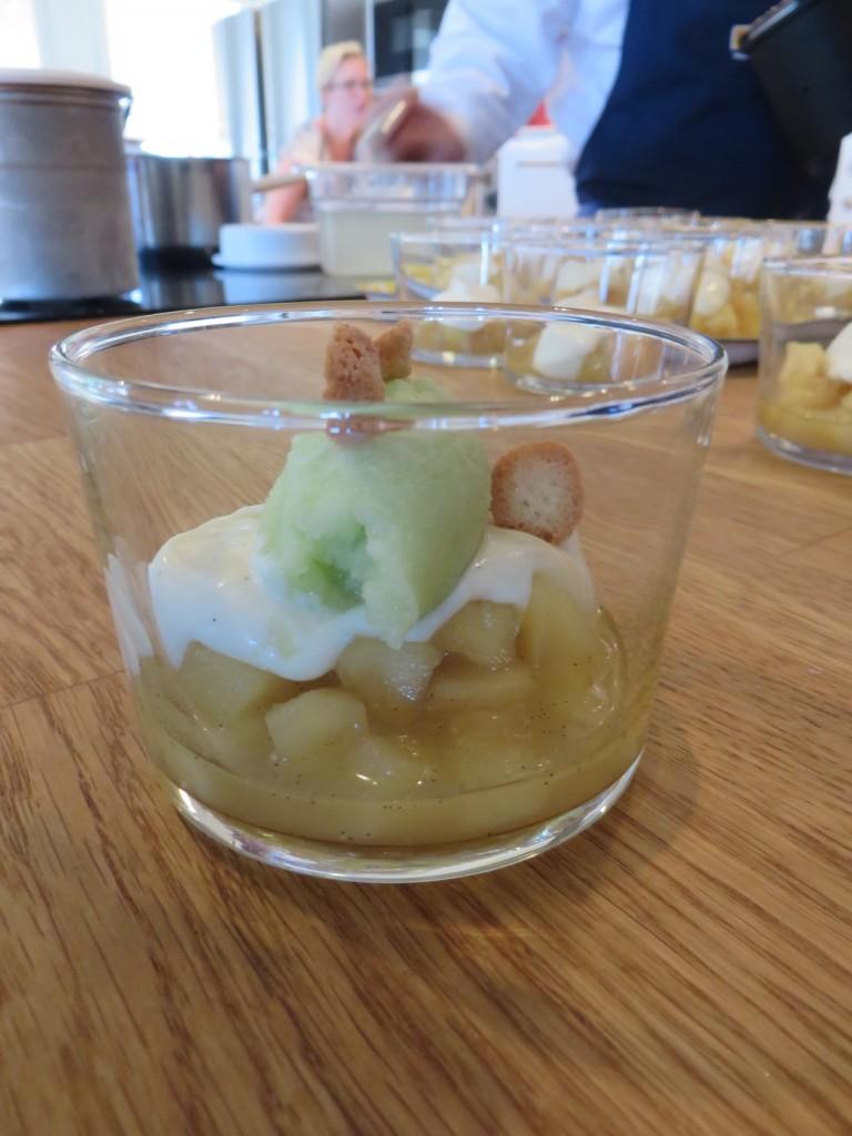 Dessert - äppelkompott med vaniljkräm och Granny Smith sorbet.
