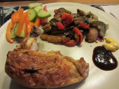 Kyckling med medelhavsgrönsaker, sås och färska grönsaker