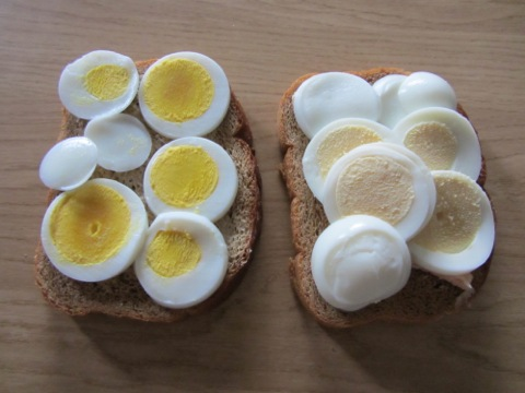 Ekologiska frigående ägg till vänster, vanliga till höger