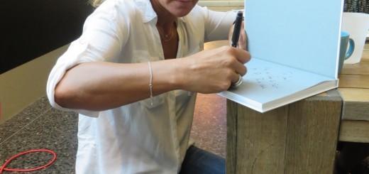 Kristin signerar böcker på löpande band!