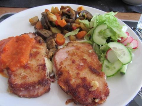 Cordon Bleu på kassler med ugnsbakade grönsaker, sås och färska grönsaker