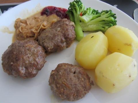 Köttfärsbiffar med potatis, sås, grönsaker och lingonsylt