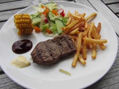 Första portionen kött och pommes
