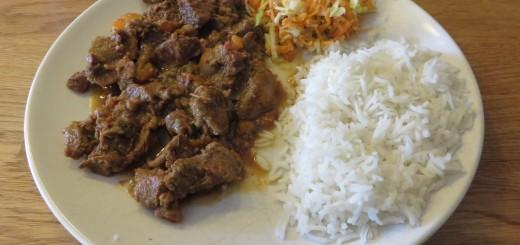 Högrevsgryta med ris och grönsaker.