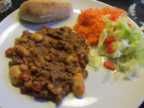 Chili con carne med bröd och grönsaker