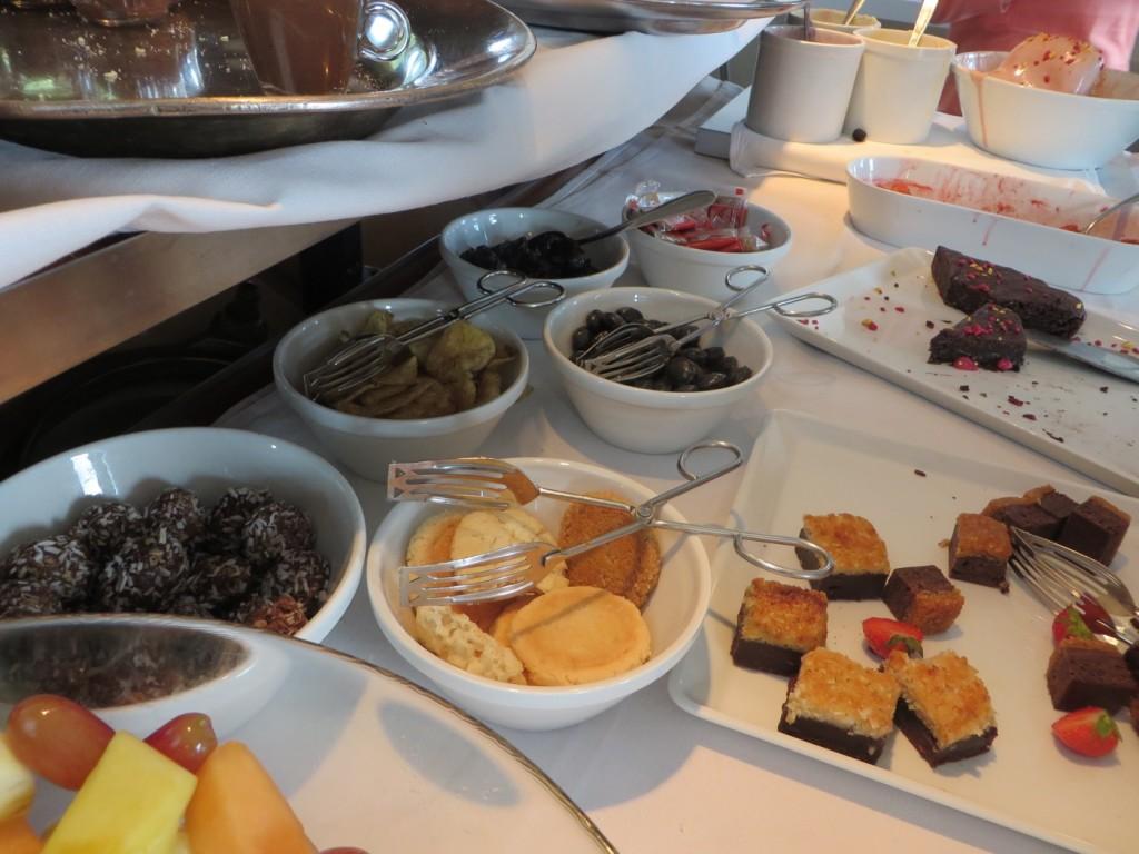 Mjuka och hårda kakor, frukt och andra godsaker.