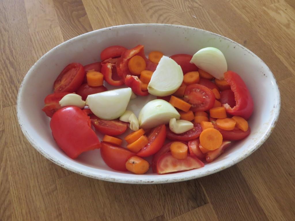 Färska tomater, paprika, morot, lök och vitlök utgör basen i din hemgjorda tomatsås