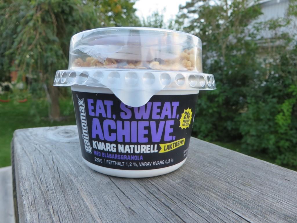 Kvarg i bägare med topping, Eat Sweat Achieve, från Gainomax