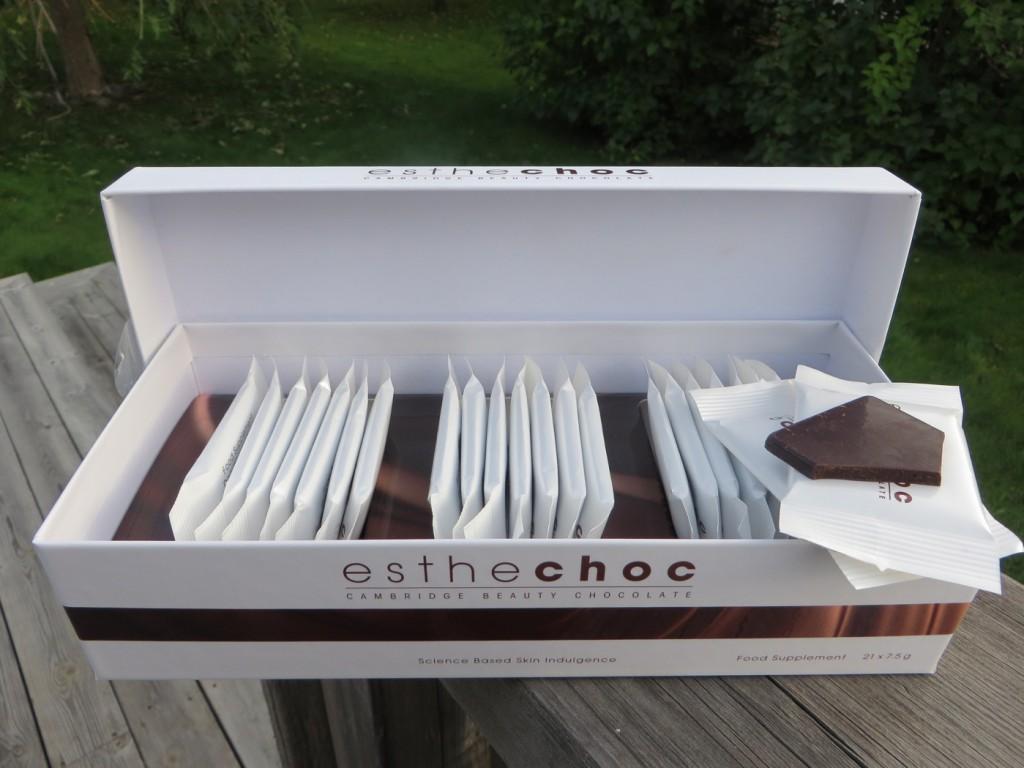 Chokladen säljs i förpackningar om 21x7.5 g chokladbitar och kostar 449 kr per förpackning