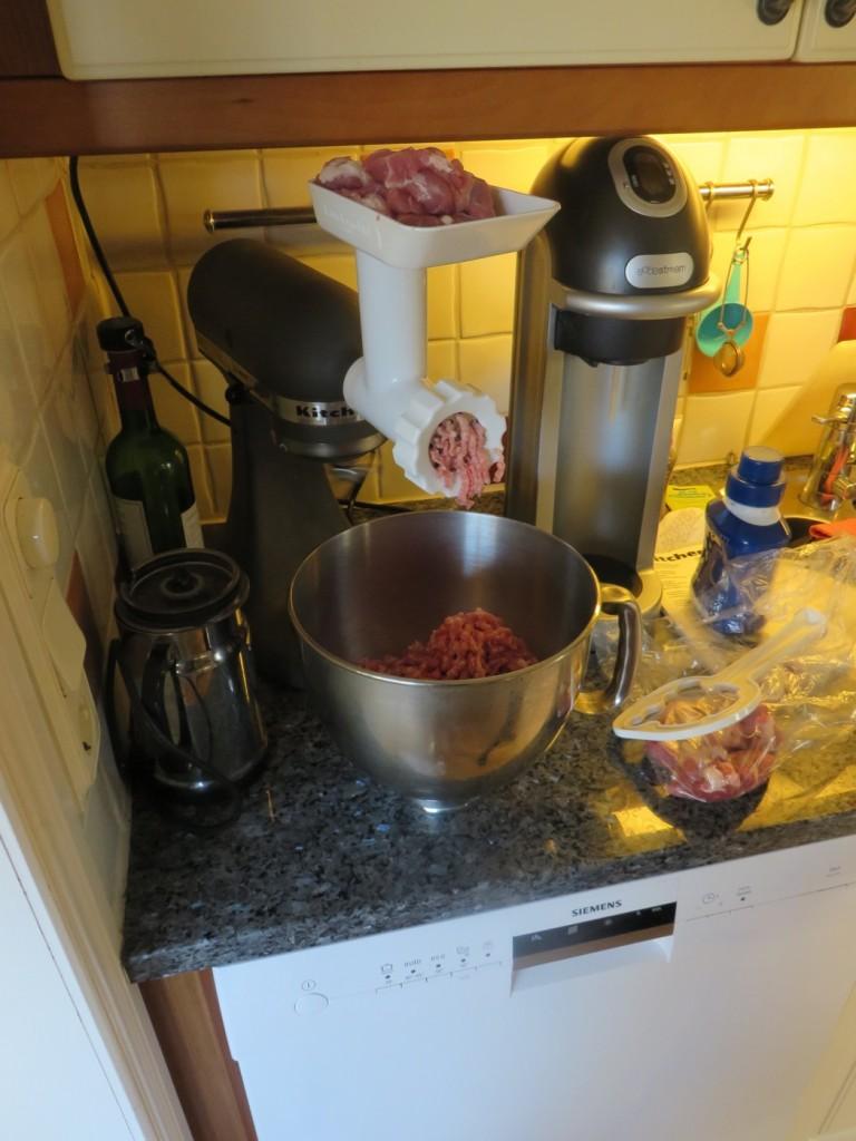 Jag maler fläskkarré och potatis till hemgjord julkorv