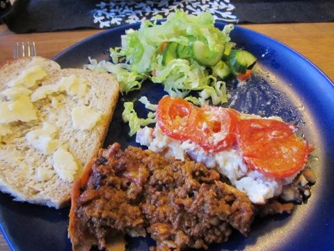 Första portionen av paj, sallad och bröd