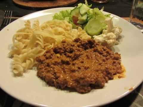 Köttfärssås, pasta och grönsaker