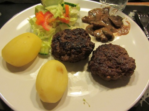 Hjortfärsbiffar, potatis, sås och sallad