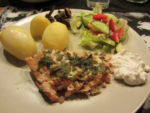 Lax, potatis, grönsaker och sås