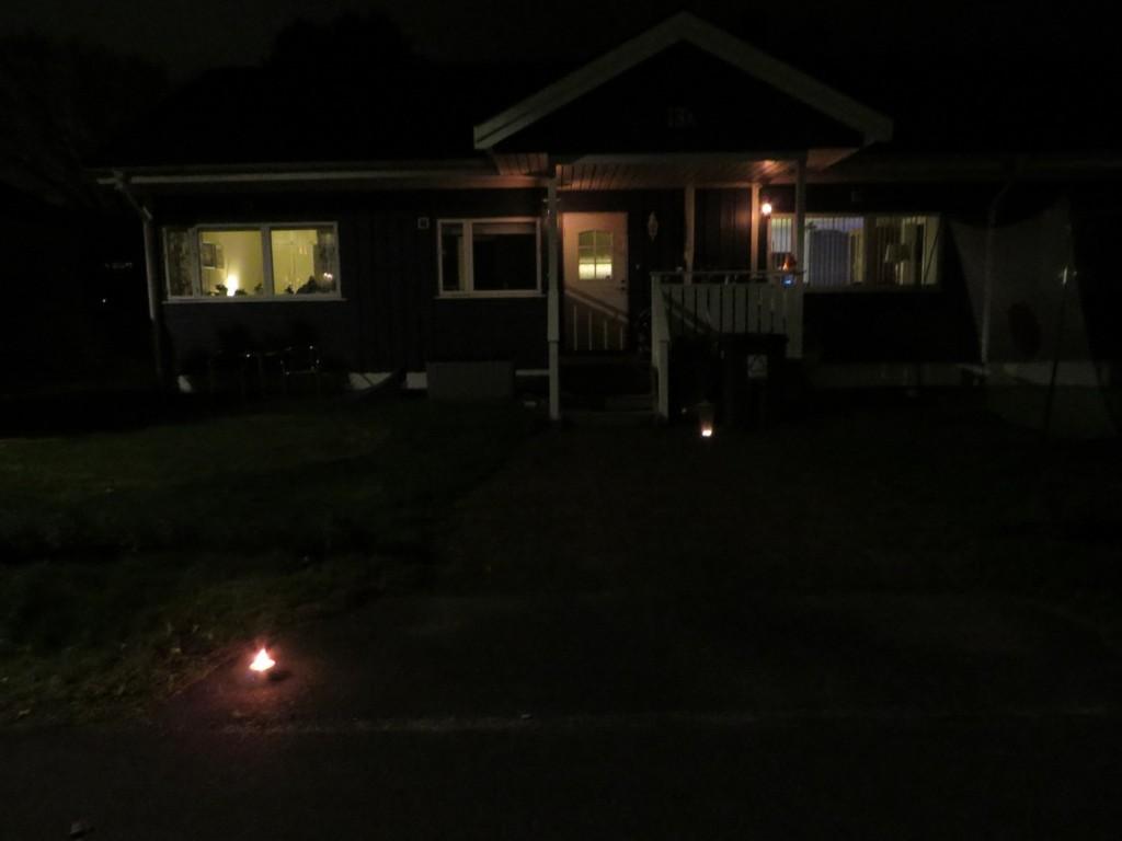 Huset nedsläckt och ljus tända istället
