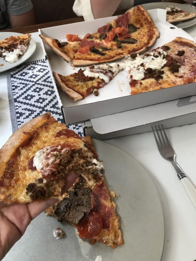 Goda pizzor från Möja Hamnbar & pizzeria.
