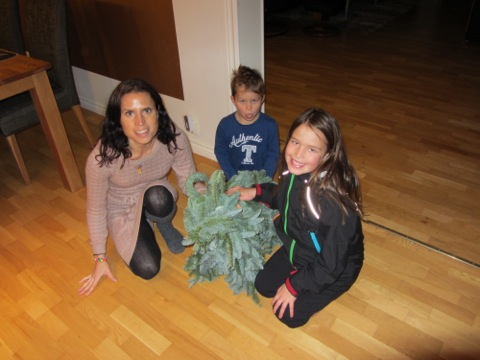 Barnen och jag poserar framför vår ädelbock