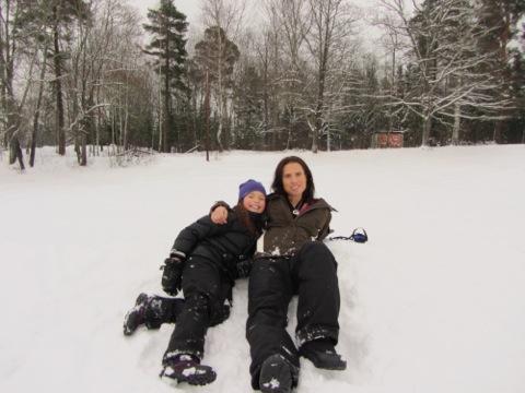 Jag och Filippa vilar ut i snön
