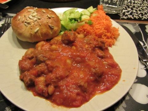 Chili con lammkorv med bröd och grönsaker