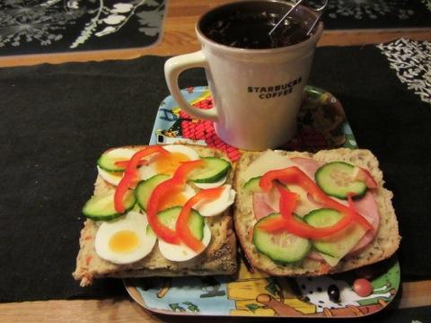 Trevlig helgfrukost med goda frallor och te