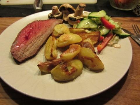 Kött, klyftpotatis, sallad och såser blev en härlig lördagsmiddag