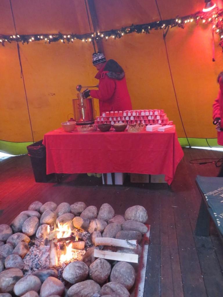 Välkommen in i kåtan och njut av öppen eld och varm glögg med tillbehör! Upplev Tyrols Vilda julbord