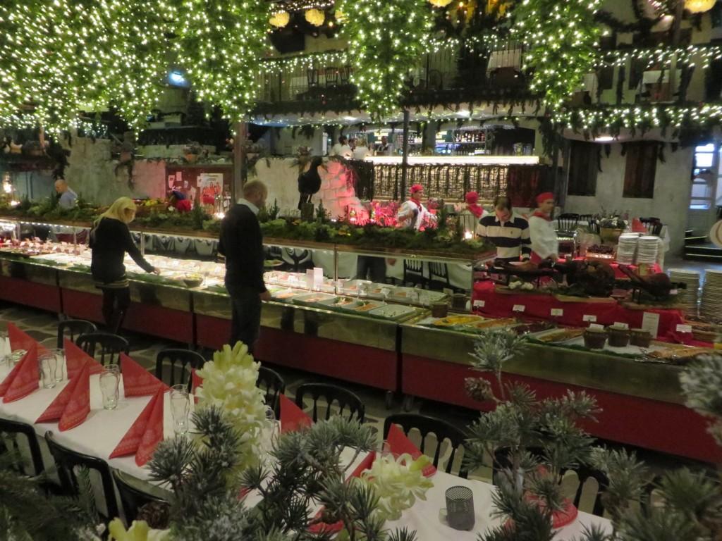 Vackert utsmyckad lokal med granar, ljus, mossa, äpplen och uppstoppade vilda djur, Upplev Tyrols Vilda julbord