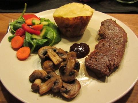 Rostbiff, bakad potatis, champinjoner, grönsaker och såser