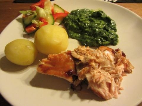 Ugnsbakad lax med kokt potatis, stuvad spenat och grönsaker