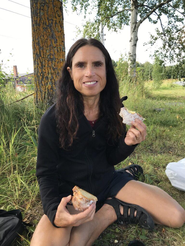 Ett besök i Åre är inte komplett om man inte äter eller köper med sig något gott från Åre bageri, Här njuter jag av en halv mandelcroissant och en halv solskensbulle. Magiskt gott!