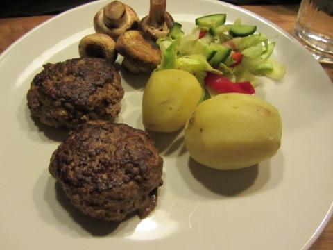 Biffar med potatis, sås och grönsaker