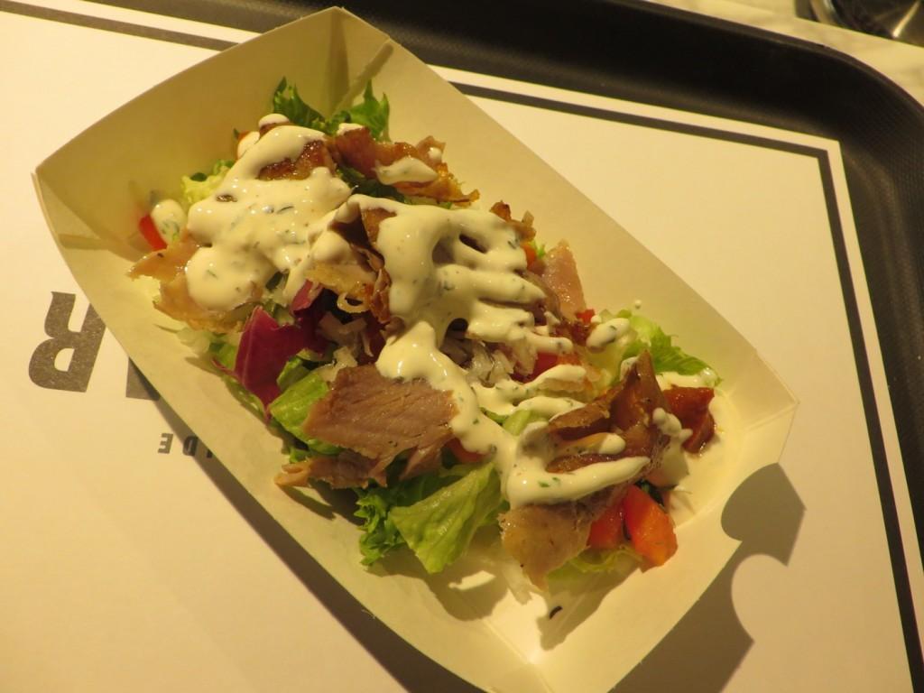 Kebab de veau en barquette med sauce blanche fait maison och harissa du cap bon.