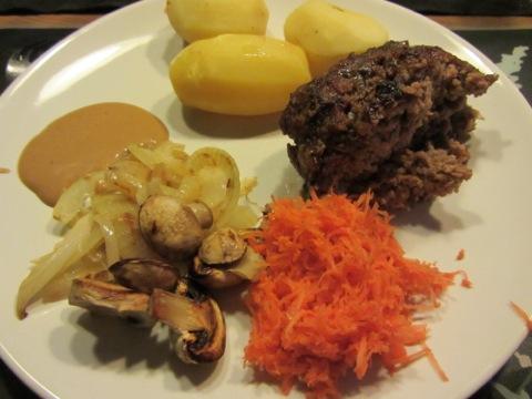 Köttfärslimpa med potatis, sås och grönsaker