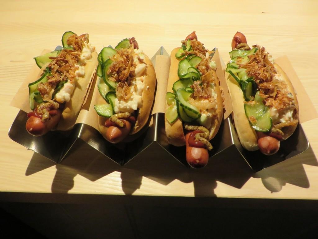 Kioskvältare - Wienerkorv , korvbröd, räksallad, pressgurka, rostad schalottenlök, ketchup och senap.