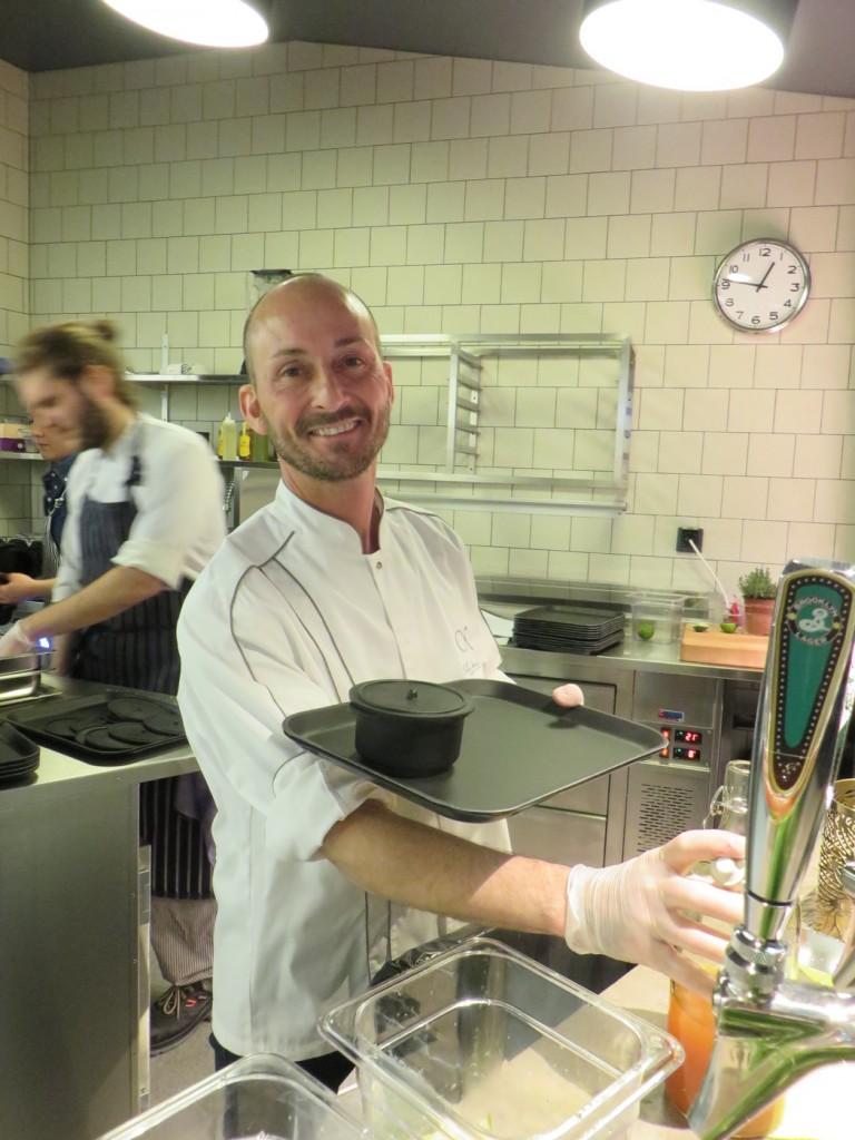 Stefano Catenacci serverar mig iste och 63-graders ägg