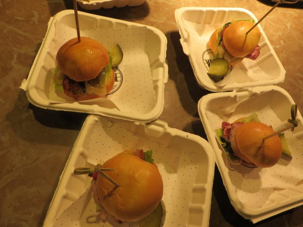 Porchetta brioche sandwich med rotistekt gårdsgris med karamelliserad lök, rostad tomat, spenat, tryffelaioli och pommes.