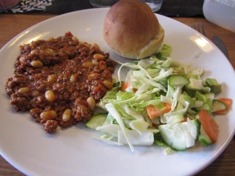 Chili con carne, bröd och grönsaker. Första av flera portioner - för gott för att kunna motstå.