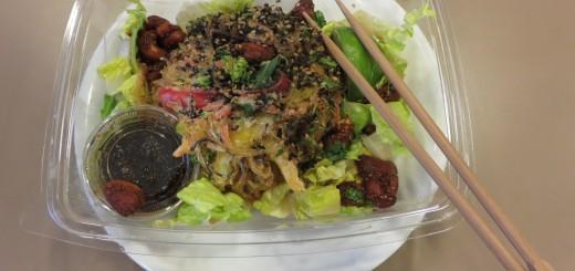 Kelpnudlar, nötter och romansallad/broccoli/morötter/paprika med en dressing gjord på ingefära, tamari och chili - fantastiskt gott!