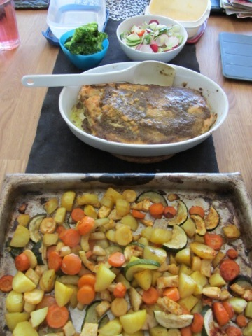 Ugnsbakad lax med ugnsbakade grönsaker, sås och färska grönsaker