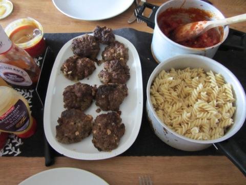 pasta med köttfärsbiffar